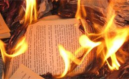 Uomini che bruciano i libri